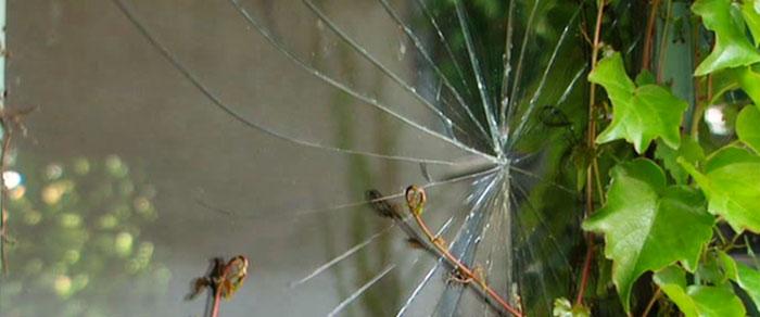 zerbrochenes Fenster Wind Sturm